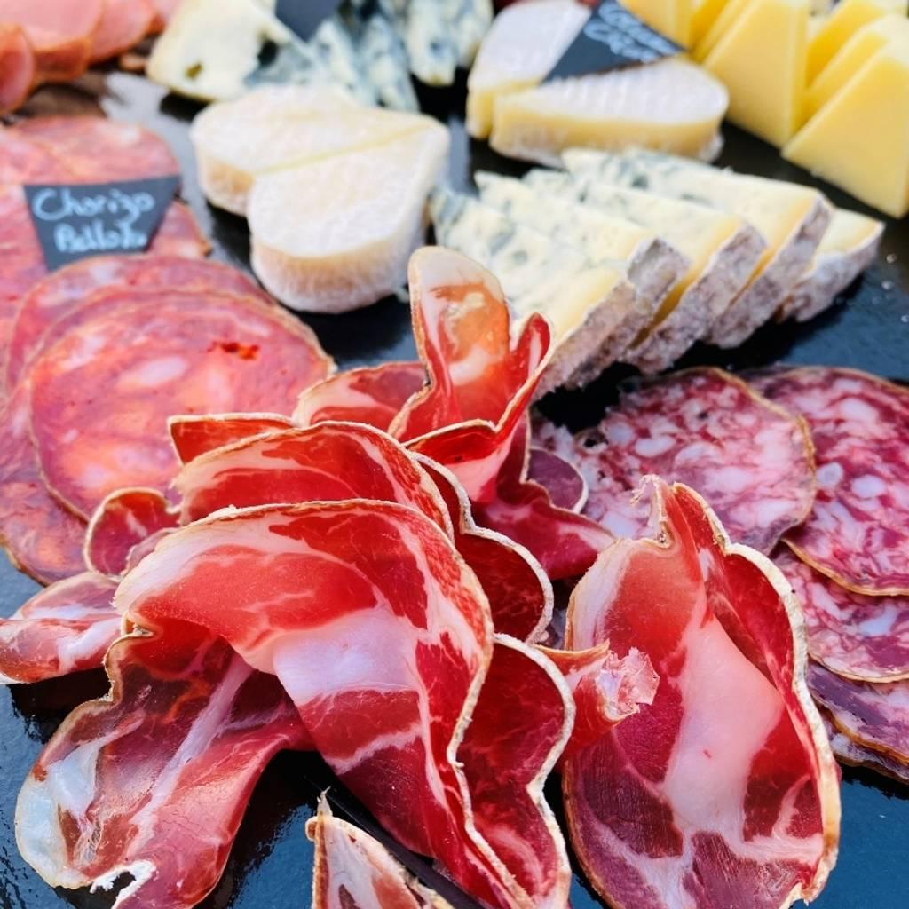 团体参观和品尝 1 米长的冷盘和奶酪板