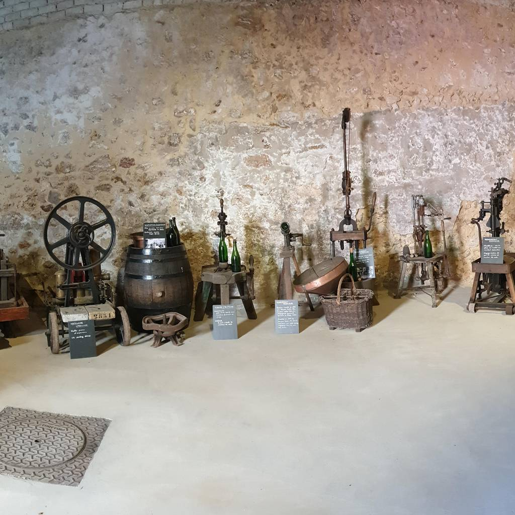 - Commented tasting of 3 champagnes