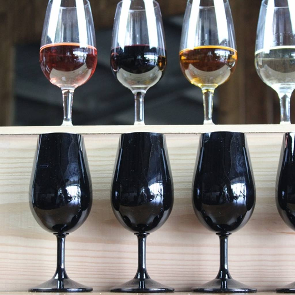 - Tasting and colour games in black glasses