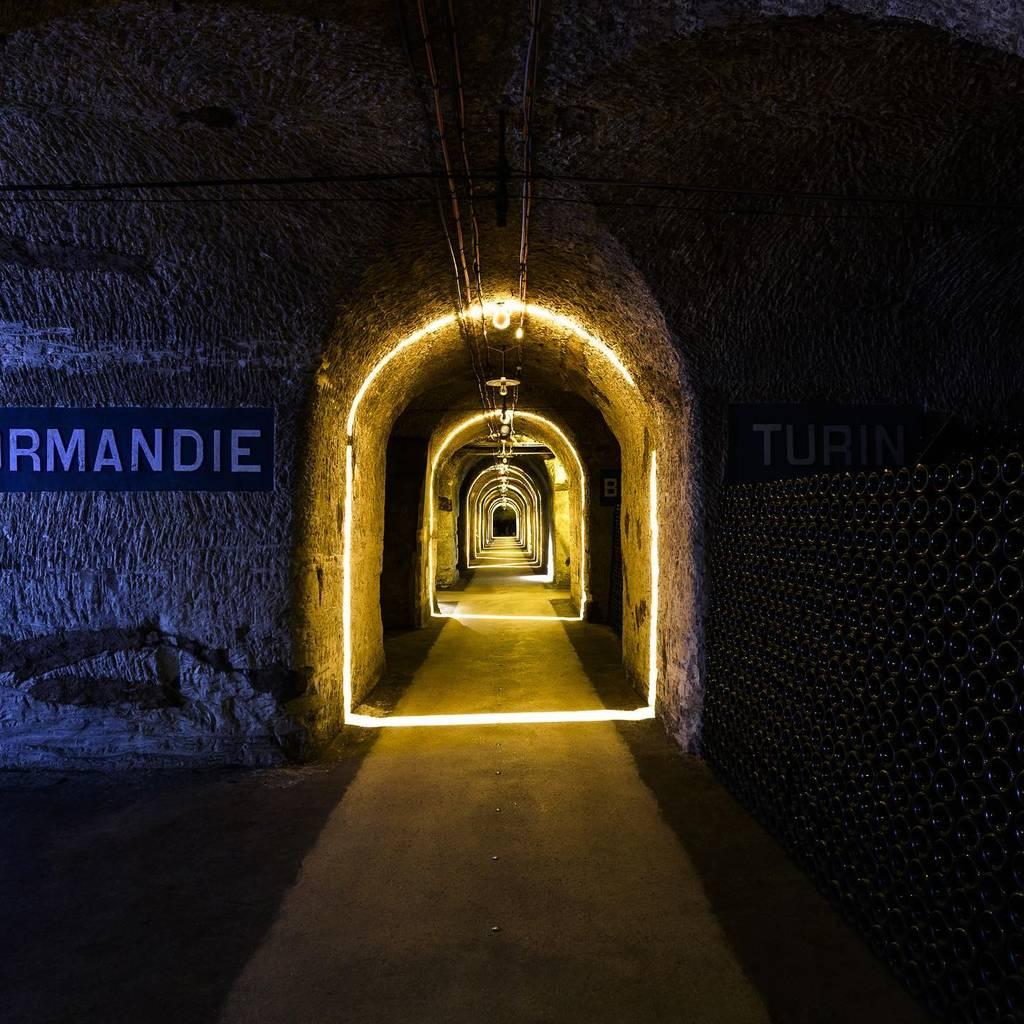 - Visita autoguiada de las bodegas Pommery y degustación de una flauta de Pommery Brut Royal