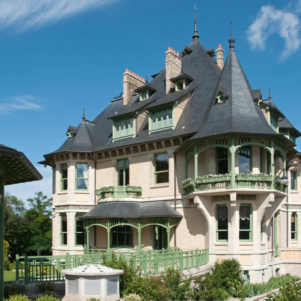 Self-guided tour of Villa Demoiselle and tasting of a flute of Demoiselle Tête de Cuvée